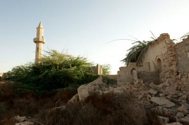 Quelques unes des ruines de Jazira Al Hamra. Avant 1968, la ville comptait 300 maisons et 13 mosquées © Philippe Henry / OCEAN71 Magazine