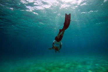 Maurizio freediving to accompany a turtle © Philippe Henry / OCEAN71 Magazine