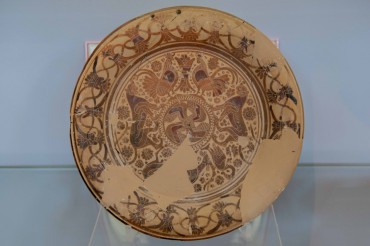 This clay plate is one of the treasures that can be found in the Stavros Museum. The rooster is Odysseus' symbol © Philippe Henry / OCEAN71 Magazine
